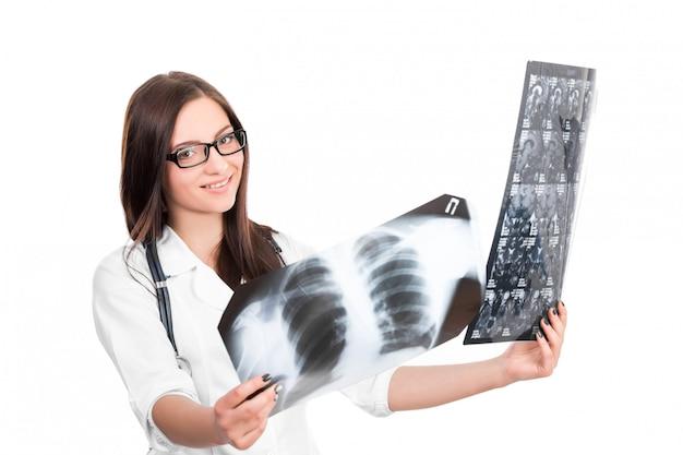 Доктор смотрит на рентген Premium Фотографии