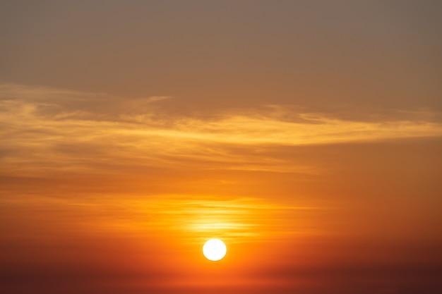 美しい空の夕日、太陽と雲風景の自然の背景 無料写真