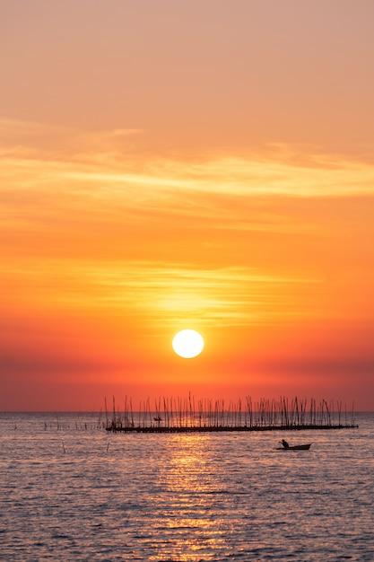 Устричная ферма в море и фоне красивого неба на закате Бесплатные Фотографии