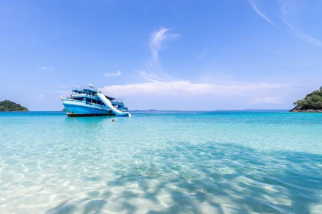 Прекрасный вид на пляж острова ко чанг и туристический катер для туристов Бесплатные Фотографии