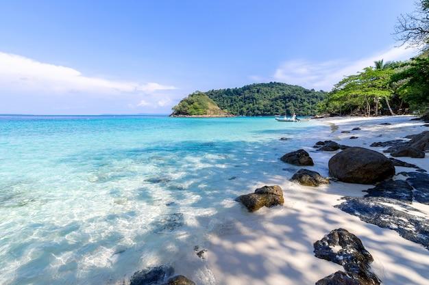 Красивый вид на пляж остров ко чанг морской пейзаж в провинции трад, восточной части таиланда, на фоне голубого неба Бесплатные Фотографии
