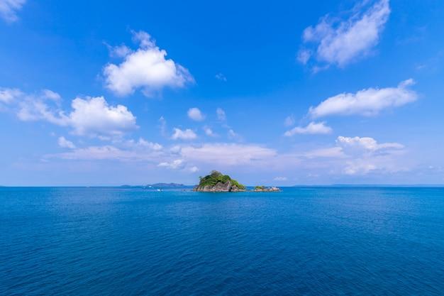 青い空を背景にトラッド県タイ東部の美しいビーチビューチャン島の海の景色 無料写真