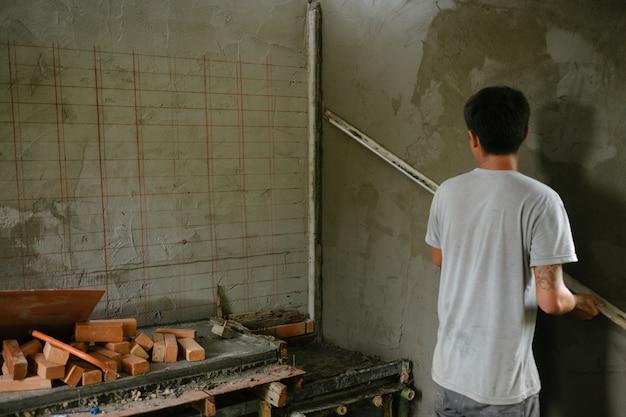 左官は屋内壁を改装します。 無料写真