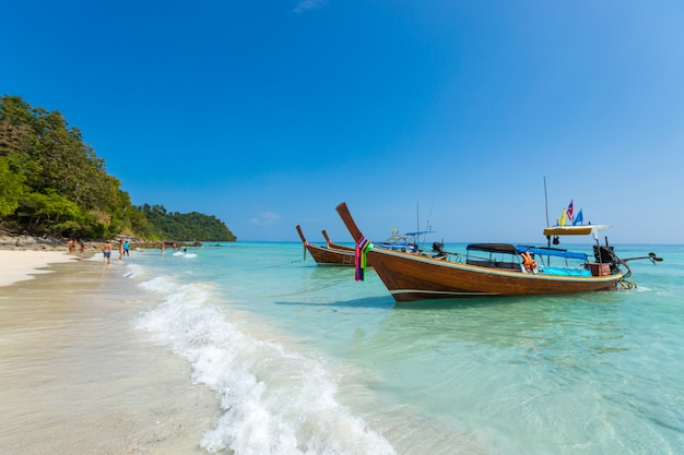 熱帯のビーチ、クラビ、タイのロングテールボート 無料写真