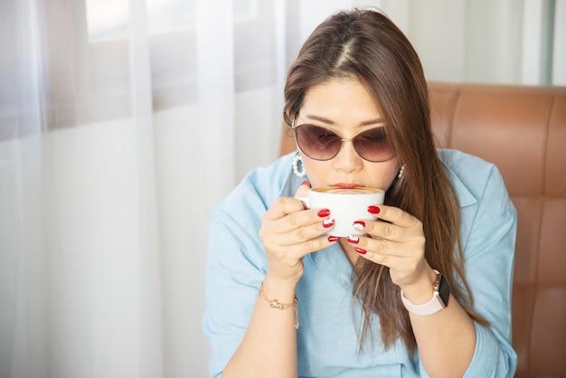 Портрет счастливой молодой азиатской леди в кафе Бесплатные Фотографии