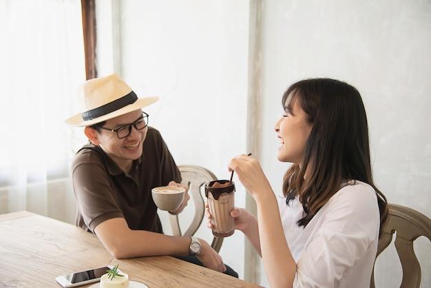 Случайный мужчина и женщина, счастливо говорить, а пить кофе Бесплатные Фотографии