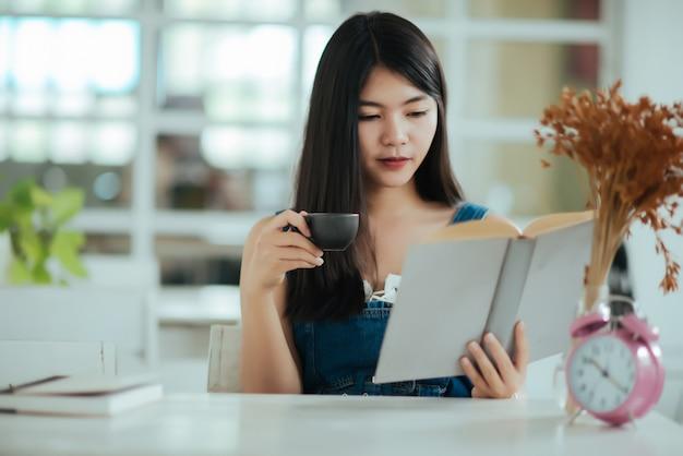 本を読んで美しい女性 無料写真