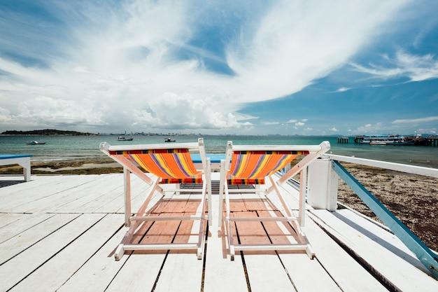 海の海岸でデッキチェア 無料写真