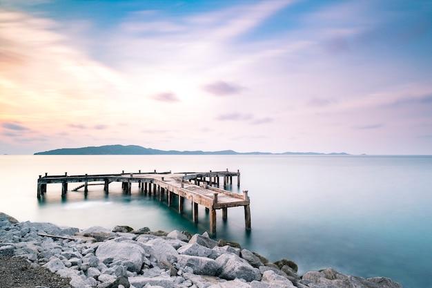 ドックと夕暮れの長時間露光で海で桟橋 無料写真