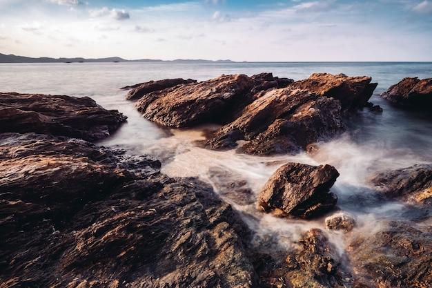 長時間露光の岩とタイの海の海岸 無料写真