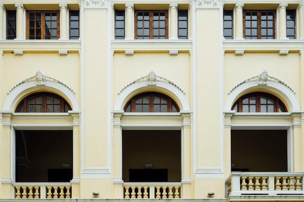 ファサードとタイ、バンコクのコロニアル様式の窓 無料写真