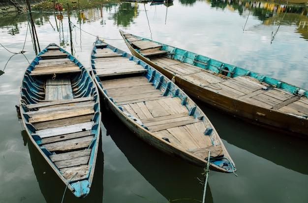 ホイアン、ベトナムの川沿いの木造船 無料写真