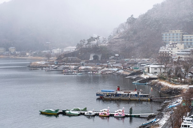 Озеро кавагутико в снежный сезон, япония Бесплатные Фотографии
