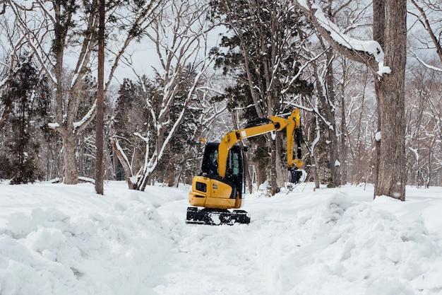 戸隠神社で雪の中でバックホー 無料写真