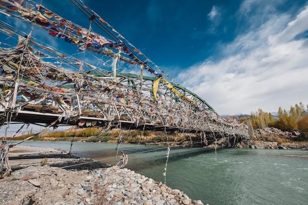 インド・ラダックの橋の上の旗します。 無料写真