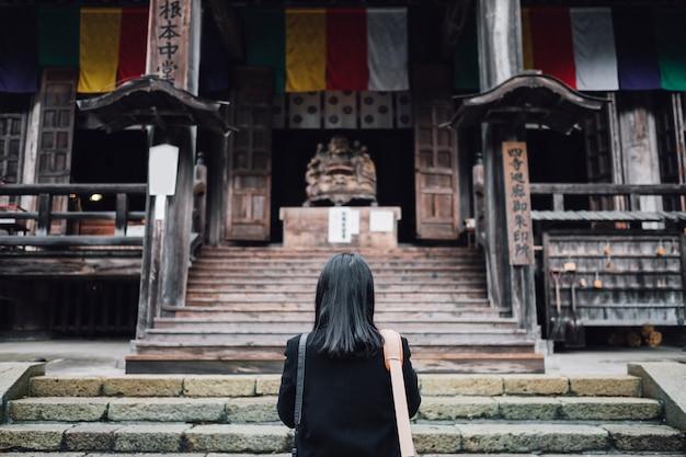女性が日本の神社で祈る 無料写真