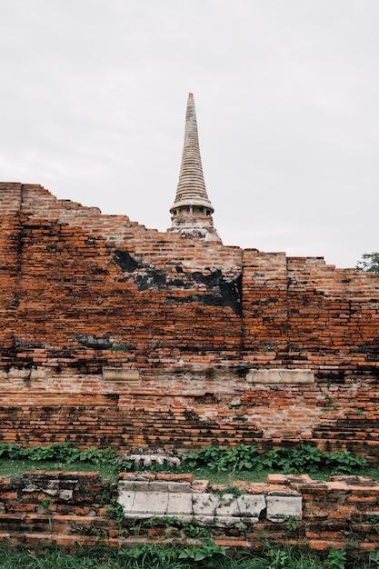 タイのアユタヤの古代寺院とレンガの壁 無料写真