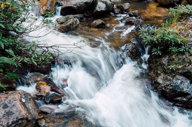 川に落ちる水 無料写真
