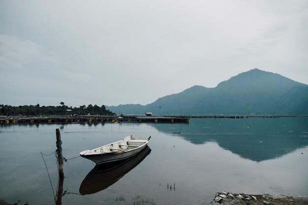 湖のボート駐車場 無料写真