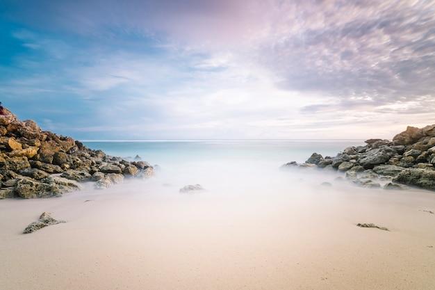 夕暮れの長時間露光砂浜海 無料写真