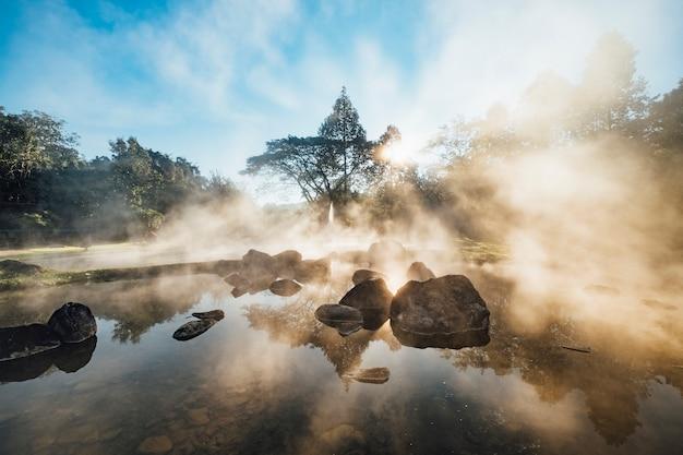 朝の日の出の温泉プール 無料写真