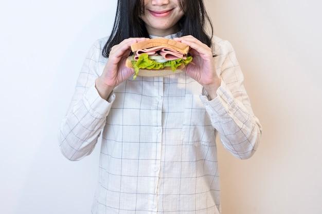 サンドイッチを食べる女性 無料写真