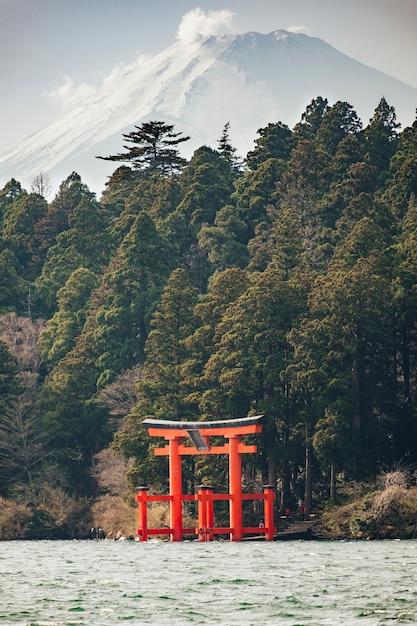 富士山、日本の湖の赤い鳥居 無料写真
