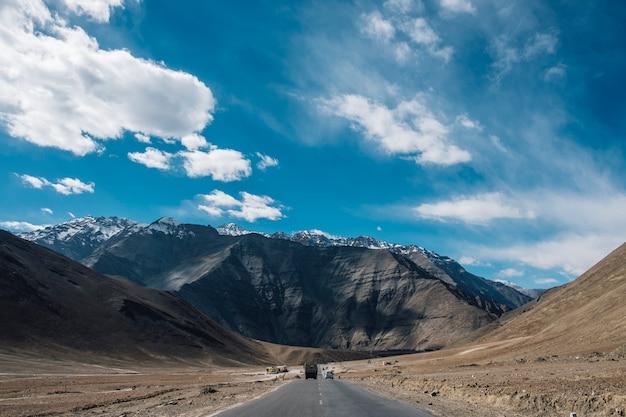 インド・ラダックの磁気丘山と青い空道 無料写真