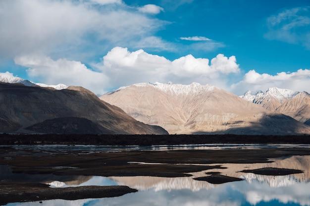 レーラダック、インドの川の山の反射 無料写真