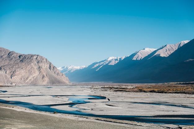Гора, река и голубое небо в лех ладакх, индия Бесплатные Фотографии