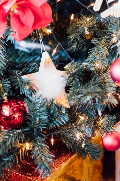 星とボールの装飾クリスマスツリー 無料写真