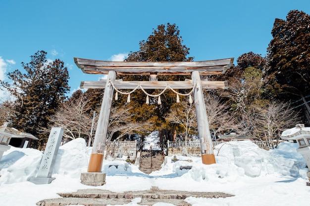 Храм входа в ворота тории японии в сцене снега Бесплатные Фотографии