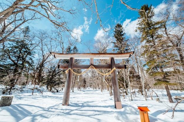 Храм входа в ворота тории японии в сцене снега, япония Бесплатные Фотографии