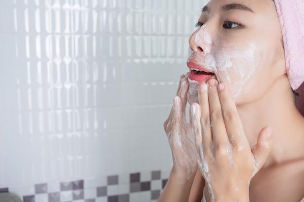 Азиатская девушка моет лицо. Бесплатные Фотографии