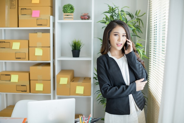 ホームオフィスで働く事業主 無料写真