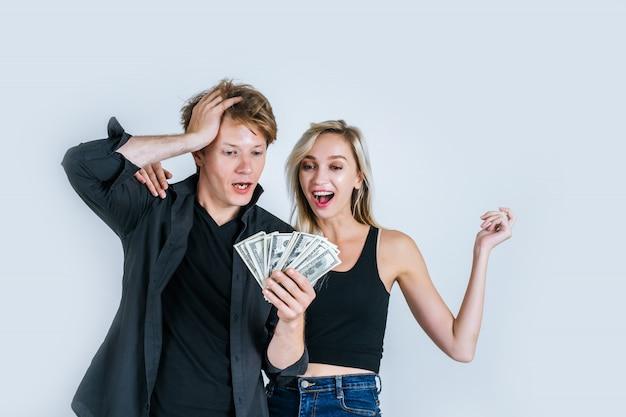 幸せなカップルショードル紙幣はいくつかのビジネスをする 無料写真