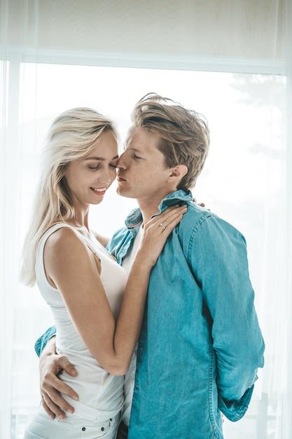 幸せなカップルが寝室で一緒に遊んで 無料写真