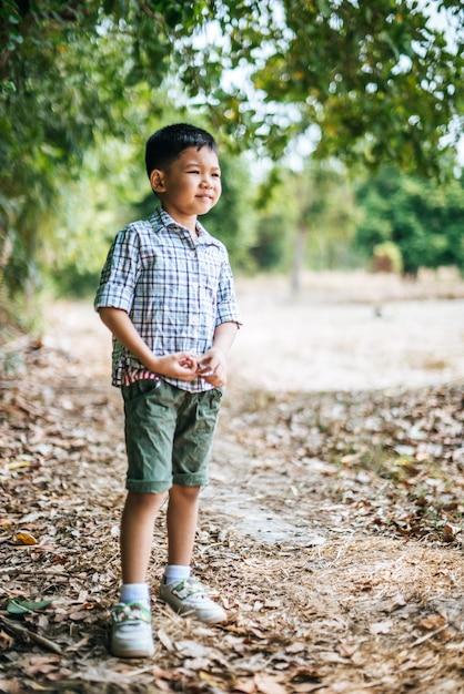 公園で一人で遊んで幸せな少年 無料写真