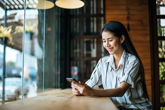 美しい女性のカフェで雑誌を読む 無料写真