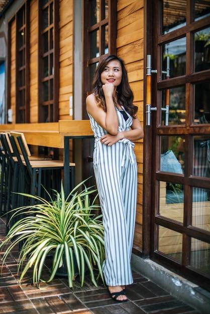 Портрет красивой азиатской женщины отдохнуть в кафе Бесплатные Фотографии