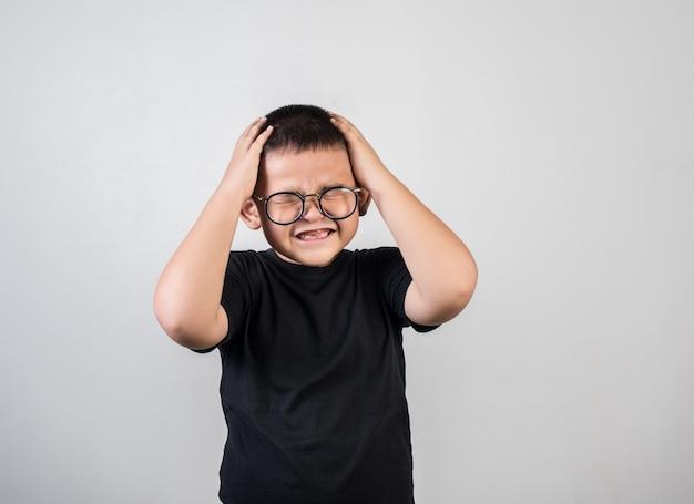 両親が彼を叱った後に少年は悲しい気分 無料写真