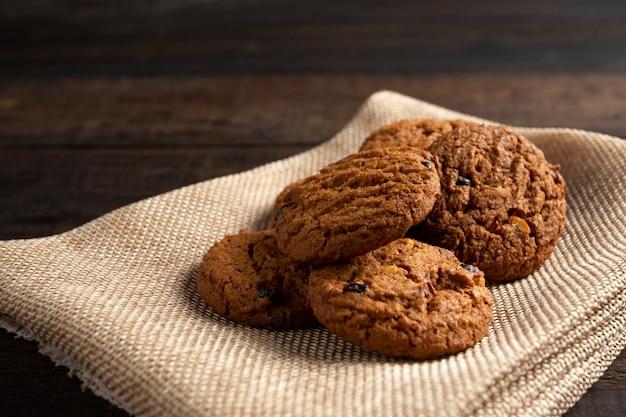 木のテーブルにクッキー。 無料写真