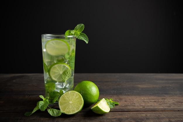 Мохито напиток с лаймом, лимоном и мятой на деревянный стол. Бесплатные Фотографии