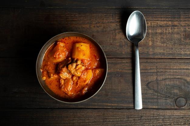 木のグーラッシュスープ。 無料写真