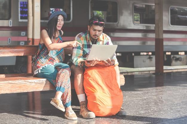 Туристы, пары смотрят на планшеты, чтобы найти достопримечательности. Бесплатные Фотографии