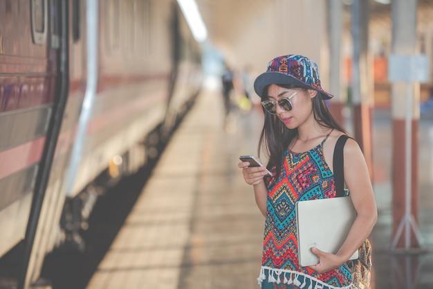 旅行者は電話を使って観光スポットを検索します。 無料写真