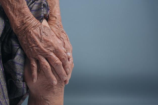 痛みを持つ高齢者の女性。 無料写真