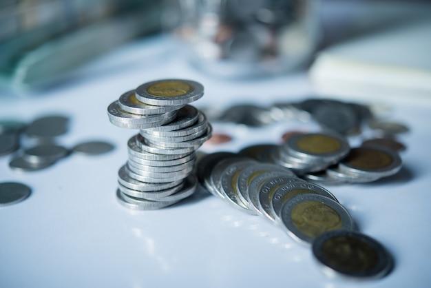 お金の節約の概念でコインと現金のボトル 無料写真