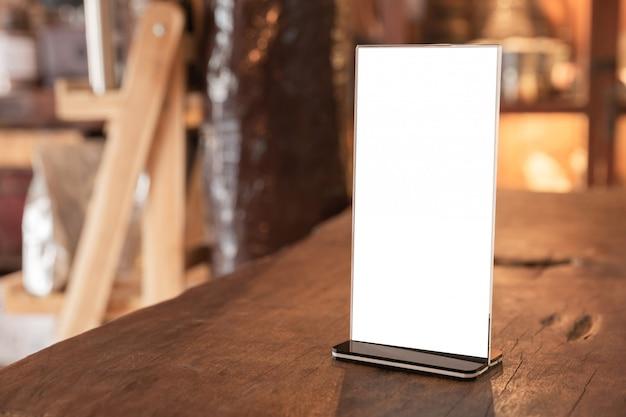 Рамка меню стоя на деревянной таблице в кофейне. пространство для продвижения текстового маркетинга Бесплатные Фотографии