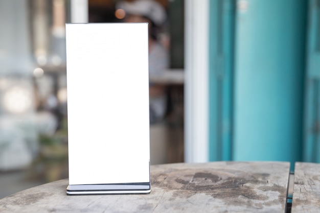 Рамка меню стоя на деревянный стол Бесплатные Фотографии